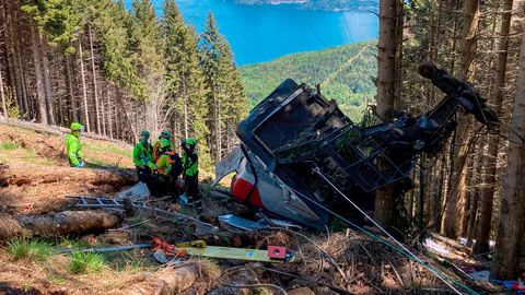 Retter arbeiten am Wrack einer Gondel, die in der Nähe des Gipfels der Stresa-Mottarone-Linie in der Region Piemont, Norditalien, abstürzt war.