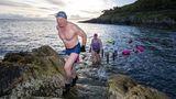 Bangor, Vereinigtes Königreich. Freiwasserschwimmer nehmen ein frühmorgendliches Bad, nachdem die Beschränkungen in Nordirland gelockert wurden und der Sport im Freien wieder uneingeschränkt möglich ist.