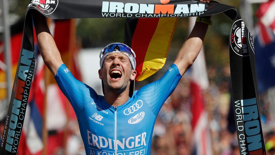 Triathlet Patrick Lange im Ziel des Ironman Hawaii 2018