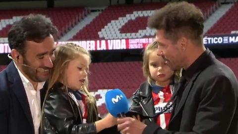 Diego Simeone (r.) singt live die Klubhymne mit seinen Töchtern