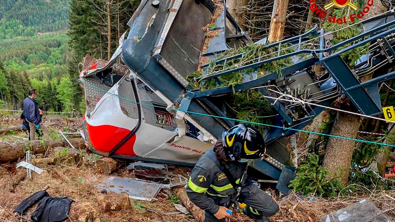 Rettungskräfte arbeiten am Wrack der abgestürzten Seilbahngondel