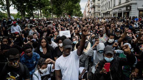 Menschen in Lyion, Frankreich, protestieren nach dem Tod von George Floyd