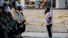 Eine Demonstrantin spricht mit Polizisten