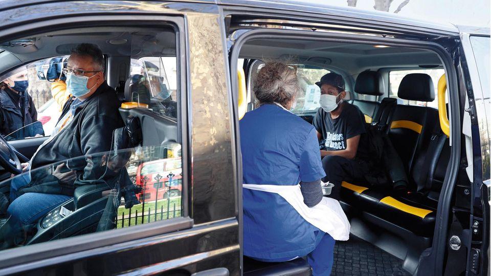 """In London bringt das """"Vaxi Taxi"""" jene Menschen ins Impfzentrum, die sonst nie chauffiert werden – Arme, Kranke, Obdachlose"""