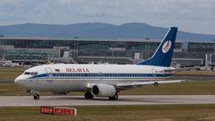 Eine Boeing 737 mit der älterenBelavia-Bemalungist am Frankfurter Flughafen gelandet