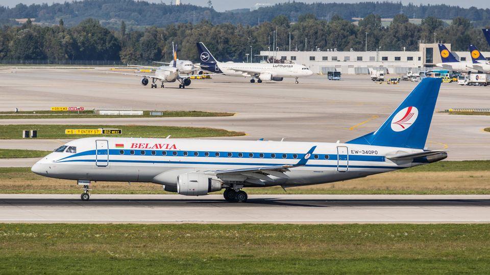 Rollt am Müchner Flughafen zum Start: ein Regionaljet vom Typ Embraer ERJ-175LR von Belavia