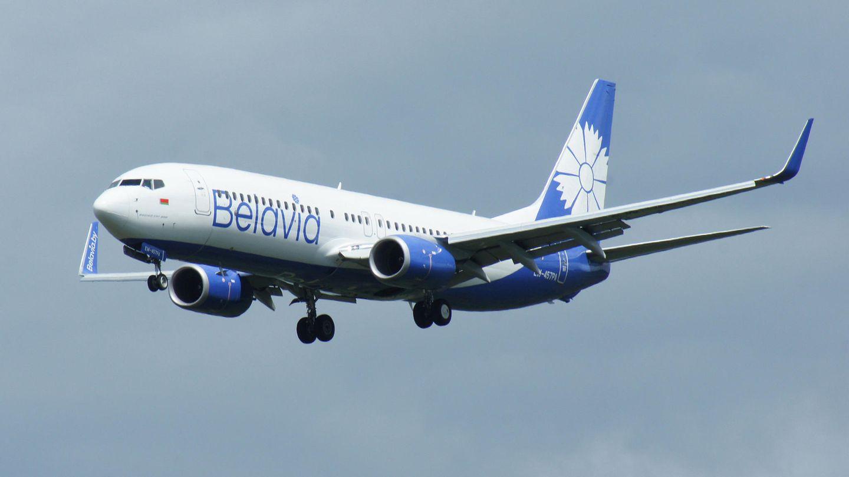 In der neuen Bemalung: Eine Boeing 737-800der weißrussischen Fluggesellschaft Belavia im Landeanflug auf den Frankfurter Flughafen.