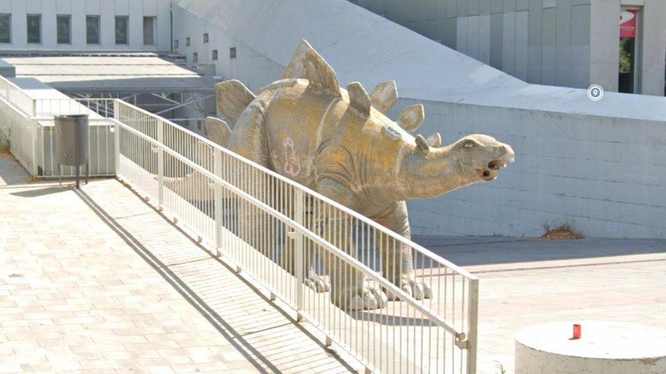 Ein Screenshot eines Twitter-Fotos zeigt die Statue eines Dinosauriers in Barcelona