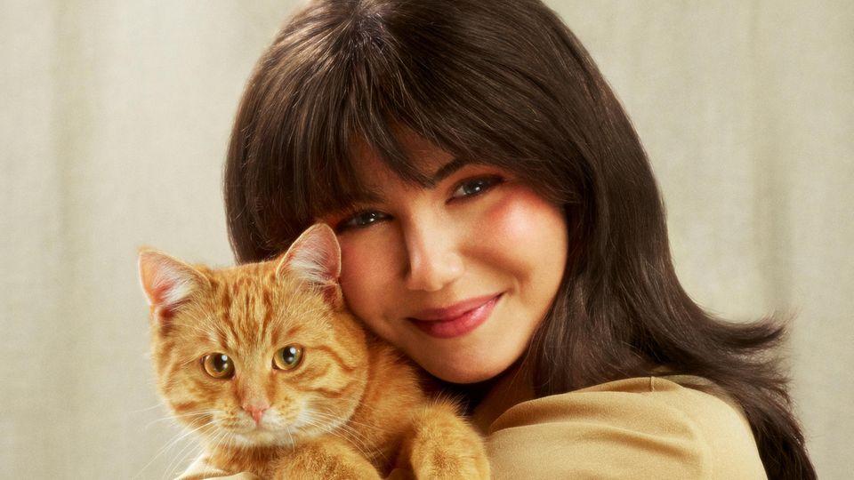 Das Cover der Band K.I.Z. zeigt eine Frau mit einer Katze auf dem Arm