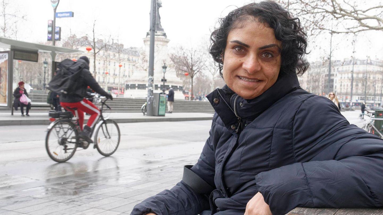 Nadia Ghulam sitzt mit einem Buch in der Hand auf einer Parkbank
