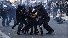 """Ausschreitungen im Zuge der """"Black Lives Matter""""-Proteste in Paris, Frankreich"""