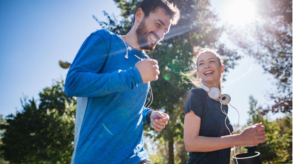 Ein Mann und eine Frau laufen gemeinsam.