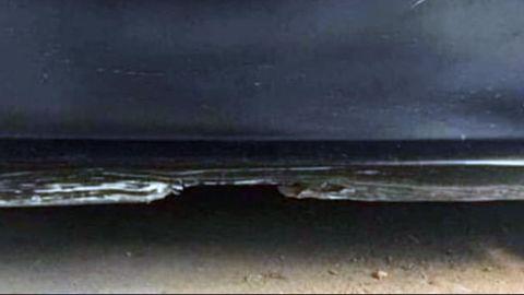 Das Bild zeigt einen Sternenhimmel an einem Strand mit brechenden Wellen. Dem ist aber nicht so.
