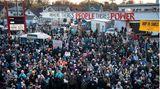 Demonstranten versammeln sich, um die Verurteilung des ehemaligen Polizeibeamten Derek Chauvin
