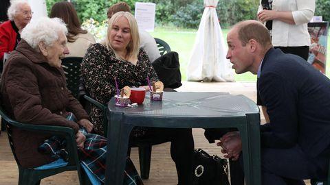 Prinz William unterhält sich mit einer alten Dame