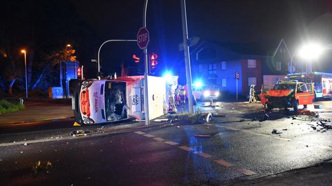 Nach dem Unfall in Herne liegt ein Rettungswagen auf der Seite