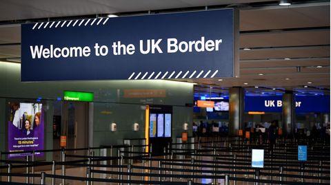 Die Passkontrolle am Flughafen London Heathrow