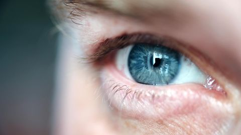 Nahaufnahme eines Auges eines Mannes