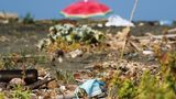 """Naturstrand  Hört sich nach Öko an, kann aber das Gegenteil bedeuten. Ein """"naturbelassener Strand"""" ist üblicherweise ungepflegt. So kann zum Beispiel angeschwemmter Abfall die Badefreuden trüben. Üblicherweise gibt es an solchen Stränden weder Toiletten noch Umkleidekabinen."""