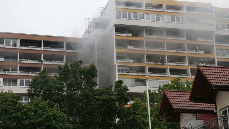 Rauch steigt aus einem Hochhaus im hessischen Rodgau auf