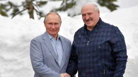 Wladimir Putin (l), Präsident von Russland, posiert mit Alexander Lukaschenko, Präsident von Belarus.