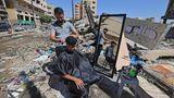 Gaza Stadt, Palästina.Ein palästinensischer Friseur arbeitet neben den Ruinen von Gebäuden und Geschäften, die durch israelische Angriffe zerstört wurden.Nach elf Tagen tödlicher Gewalt zwischen Israel und der Hamas-Bewegung, die den Gazastreifen regiert, wurde Ende letzter Woche ein Waffenstillstand erreicht, der Israels verheerende Bombardierung der überfüllten palästinensischen Küstenenklave beendete, bei der nach Angaben des Gaza-Gesundheitsministeriums 248 Palästinenser, darunter 66 Kinder, getötet und mehr als 1.900 Menschen verwundet wurden. Währenddessen forderten Raketen aus dem Gazastreifen zwölf Menschenleben in Israel, darunter ein Kind und ein israelischer Soldat.