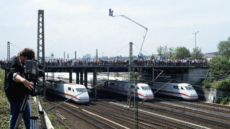 Eröffnung des Hochgeschwindigkeitsverkehrs in Deutschland am 29. Mai 1991: In einer Sternfahrt erreichen mehrere ICE-Züge denneuen Bahnhof von Kassel-Wilhelmshöhe.