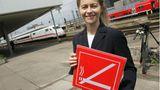 Die Bahn gewöhnt ihren Kunden 2005 das Rauchen ab: Die damaligeSozialministerin Ursula von der Leyen steht am Bahnhof Hannover mit einem Nichtraucherschild.