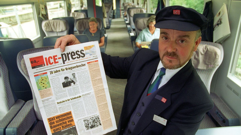 """Analoge Innovation für Fahrgäste der 1. Klasse: 1997 wird die vierseitige Zeitung """"ICE-Press"""" verteilt, die per Funk in die Züge übermittelt, wo sie nachmittags aktuell ausgedruckt wird."""
