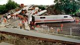 """3. Juni 1998 in Eschede bei Celle:Der Intercity-Express """"Wilhelm Conrad Röntgen"""" von München nach Hamburg entgleist bei Tempo 200 und prallt gegen eine Brücke.101 Menschen sterben, 88 werden schwer verletzt."""
