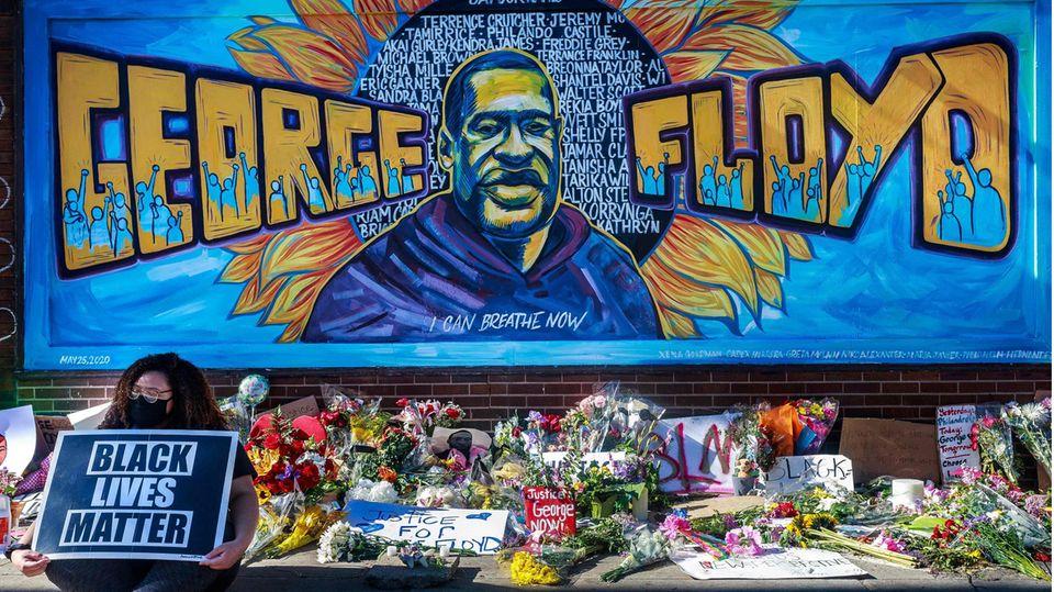 Blumen liegen vor einem Denkmal für George Floyd in Minneapolis (US-Bundesstaat Minnesota)
