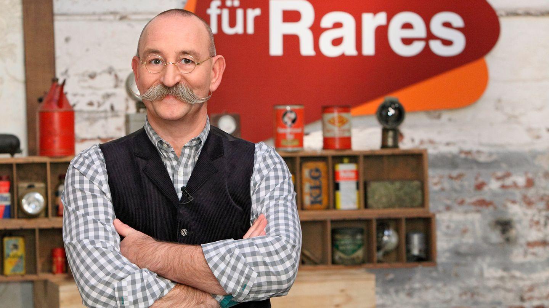 """Horst Lichter steht im Studio von """"Bares für Rares"""" und schaut in die Kamera"""