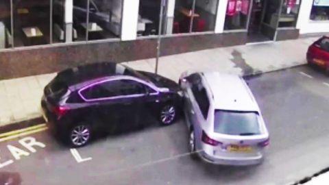 Silberner Kombi rammt geparktes Auto.