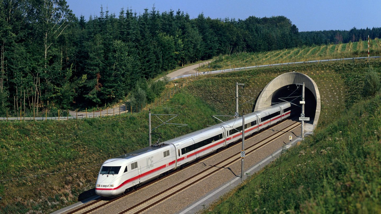 """Kommen wir zu den verschiedenen Generationen der ICE-Flotte: Der ICE 1 der Baureihe 401 (58 Exemplare) ist seit 1991 in Betrieb. Der 358 Meter lange """"Langzug"""" hat703 Sitzplätze, ein Redesign erfolgte 2005."""