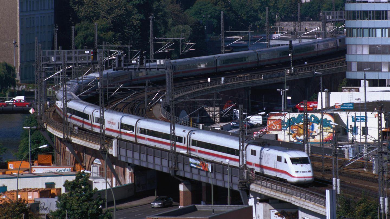 Der ICE 2 der Baureihe 402 (44 Exemplare) ist seit 1996 in Betrieb, Sitzplätze 381, ein Redesign erfolgte 2011. Neu war das Konzept untereinander kuppelbarer Halbzüge: So konnte ein aus München kommende Zug in Hannover zur Weiterfahrt nach Hamburg und Bremen geteilt werden.