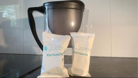 DHDL-Yucona-Wasserfilter lehnen an einem Filter-Gefäß von Amazon Basic.