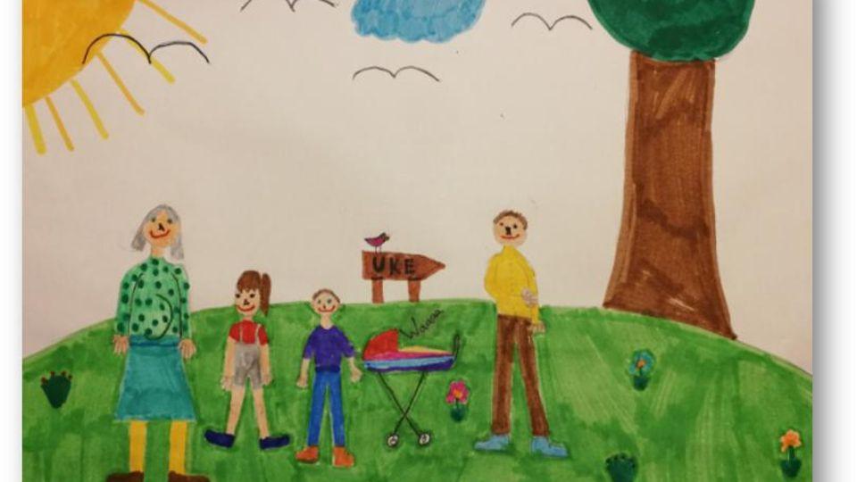 Ein Kind zeichnet in der Therapie sich und seine Familie