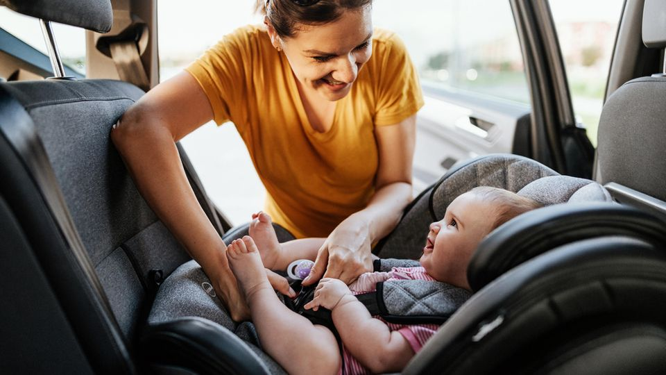 Kleine Kinder müssen entgegen der Fahrtrichtung sitzen.