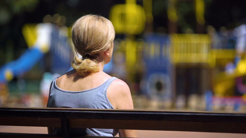 Frau schaut auf Spielplatz