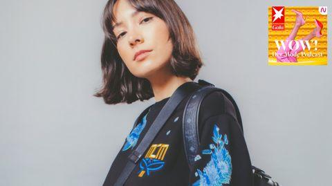 Frau mit MCM-Logo auf dem Pullover