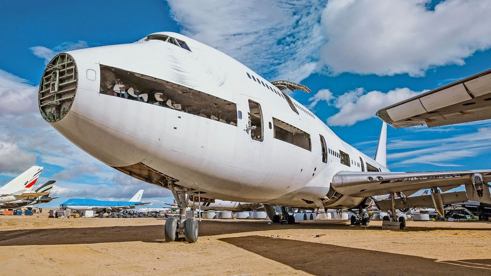 Image 1 of 10 of the photo gallery to click: Slashed and cannibalized: The last hour has already struck for this Boeing 747 in an aircraft graveyard in the American West.  The weather radar was dismantled at the bow;  inside, old seats are piled up in the front section.