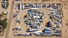 Bei Palmdale in Kalifornien  Ein Sammler hat auf einem Grundstück Flugzeugreste zusammengetragen, die auch für Filmaufnahmen genutzt werden. Links unten im Bild der Kampfjet einer Hollywoodproduktion, der allerdings nie abhob.