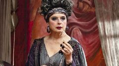 Balbina (Isabella Rosselini) versklavt die falsche Frau in ihrem Puff.