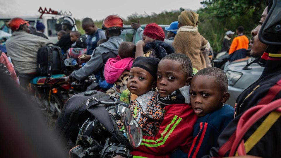 Kinder auf der Flucht aus Goma: Der Gouverneur der Provinz im Osten des Kongos ordnete am Donnerstag eine teilweise Evakuierung der Stadt an