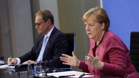 Bundeskanzlerin Angela Merkel (r., CDU) und Berlins regierender Bürgermeister Michael Müller (l, SPD)