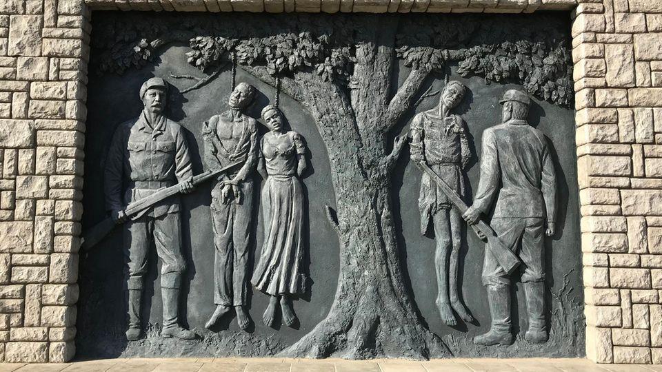Ein Wandrelief erinnert an den von deutschen Kolonialtruppen begangenen Völkermord an den Herero und Nama