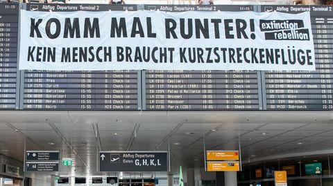 Extinction Rebellion Aktivisten am Flughafen