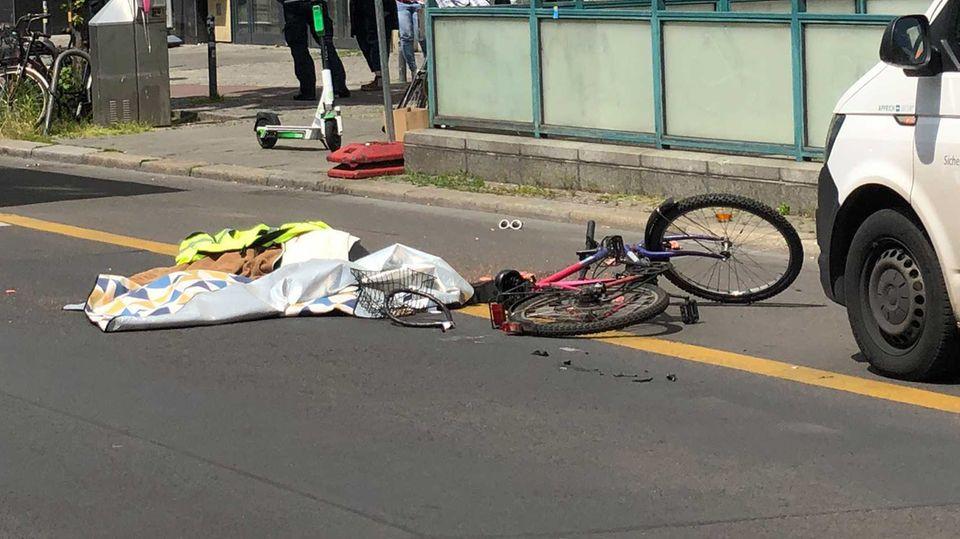 """Berlin: """"Nur mal kurz halten"""" - das kostete einer Radfahrerin das Leben."""