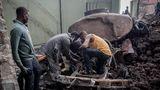 Männer versuchen einen Laster zu retten