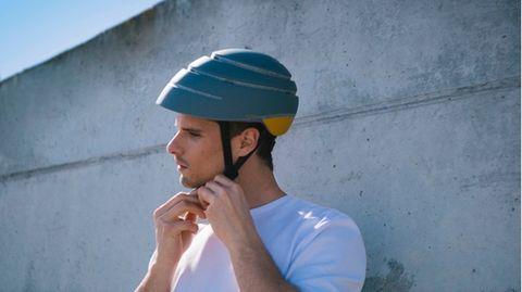 Fahrradtrends 2021: Junger Mann verschließt seinen Closco Fahrradhelm